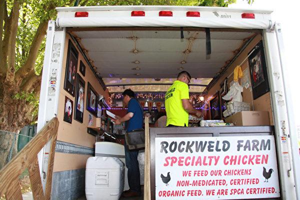 图:Rockweld有机农场老板介绍说,他们农场只养了2000只鸡,有机饲料,天然放养。  (田园/大纪元)