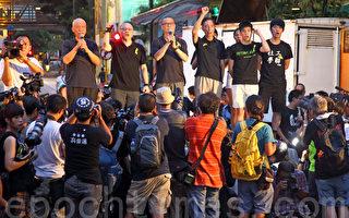 """香港黑布游行:三代人同心声 """"出来抗共!"""""""