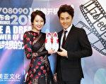 吳克羣(右)送了一雙球鞋給宋智孝,希望攜手為新片衝出好成績。(華納提供)
