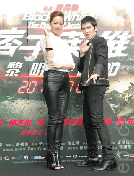 蕭敬騰(右)、張鈞甯於2014年9月16日在台北101為《痞子英雄:黎明再起》電影主題曲「天敵」MV首發會,並為大型海報揭幕。(黃宗茂/大紀元)