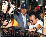 香港壹傳媒集團主席黎智英9月17日下午突然到北角廉政公署總部,逗留兩個多小時後離開,吸引大批傳媒追訪。黎智英向傳媒重申會繼續支持爭取普選的人。(潘在殊/大紀元)