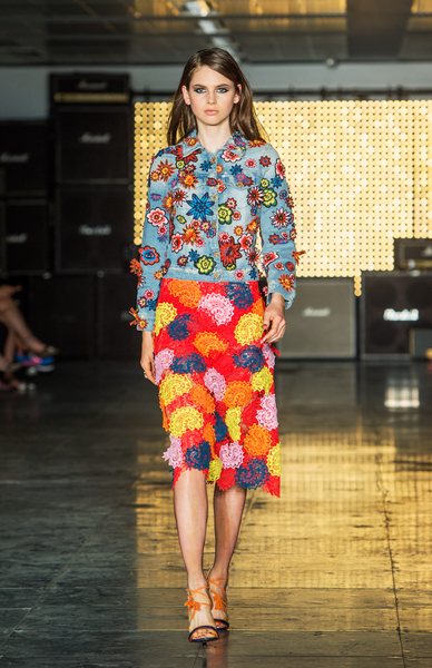 英國潮流品牌代表的House of Holland,以各種鮮豔花卉印花為主軸。(Samir Hussein/Getty Images)