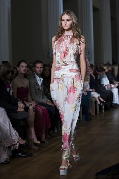 Marchesa新品採用大量的手工蕾絲、刺繡花朵與立體花裝飾,襯托出如夢似幻的女性氣質。(Tristan Fewings/Getty Images)
