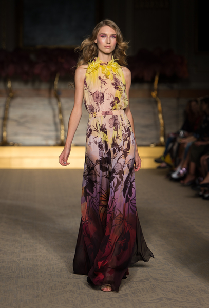 Matthew Williamson新品大量運用刺繡和印花,具有浓烈的南太平洋盛夏风情。(Ian Gavan/Getty Image)