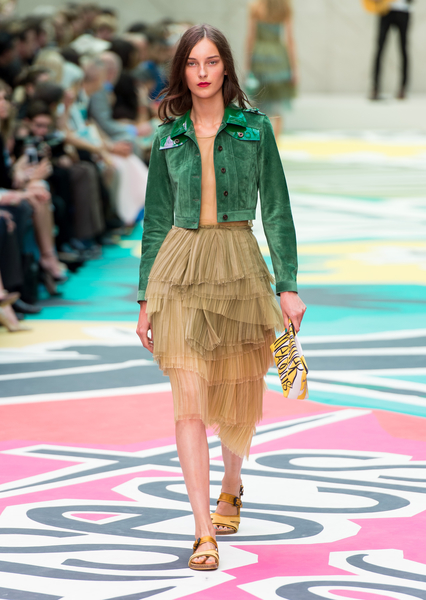 率性的外套混搭柔美薄紗洋裝,襯出Burberry春夏系列剛柔並濟的獨特個性。(Ian Gavan/Getty Images)