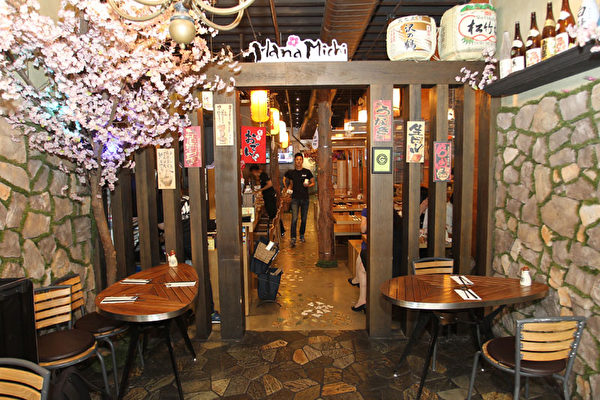 Hana Michi日式餐廳裝潢雅致。(張學慧/大紀元)