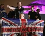 民眾在蘇格蘭的首府愛丁堡市議會外等待公投結果。 (Christopher Furlong/Getty Images)