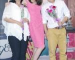 隋棠与饰演总机戴若梅(左)、饰演出版业务的高盟杰(右)合影。(黄宗茂/大纪元)