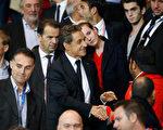 法国前总统沙柯吉(中)宣布重返政坛后,保证会一票一票地,从对手民族阵线党那里,赢回选民的心。(THOMAS SAMSON/AFP)