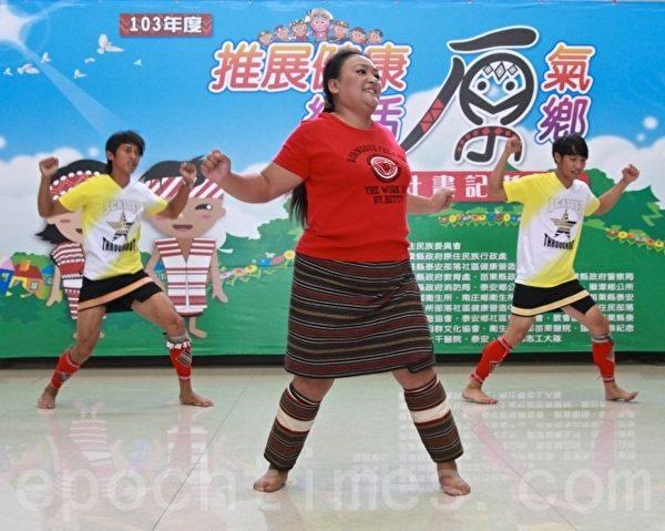 教授原民孩子舞蹈的巴达思舞团负责人张洛瑄。(许享富 /大纪元)