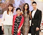 名模林嘉绮(右2)与老公Michael黄书麟、伊林总经理陈婉若(左1)一起上节目,并与小燕姐合影。(中天提供)
