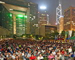 香港大專生罷課9月24日進入第三天,大批學生和市民當晚繼續在政府總部旁的添馬公園集會。(潘在殊/大紀元)