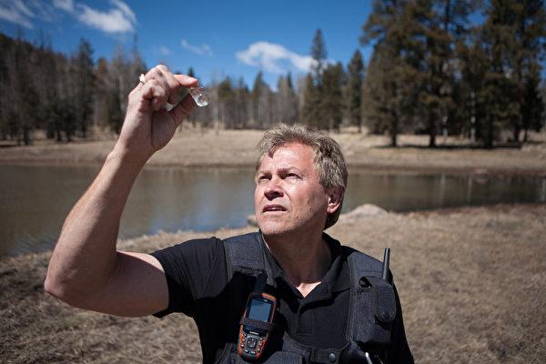 幽浮研究人員祖科斯基在取水樣。(Discovery提供)