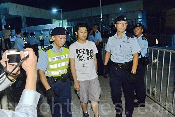 深夜廣場內十數名示威者自願離場,警方抄下其個人資料並表明日後有可能檢控,然後放行。(宋祥龍/大紀元)