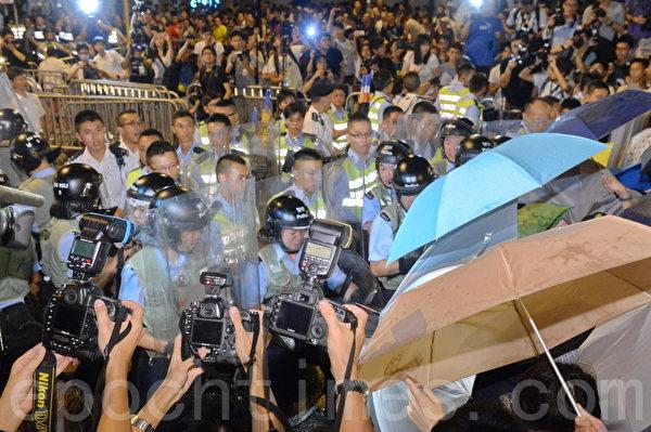 學聯昨在政總舉行第五天罷課集會,1,500名中學生加入罷課,學生晚上突擊佔領公民廣場。稍晚,警方出動大批防暴警察手持盾牌與示威者衝突。市民以雨傘應對胡椒噴霧。(宋祥龍/大紀元)