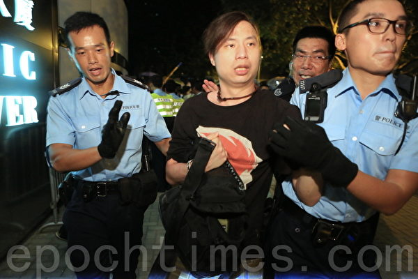 有示威學生被警方帶走(余綱/大紀元)