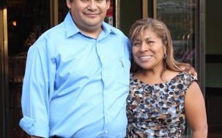 卡裡略先生和太太在Cinco De Mayo新店前合影。(張學慧/大紀元)