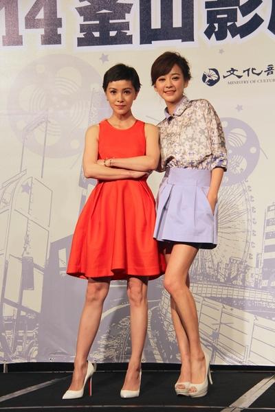 郭采洁(左)与陈意涵9月26日出席2014釜山影展参展记者会。(台北市影委会提供)