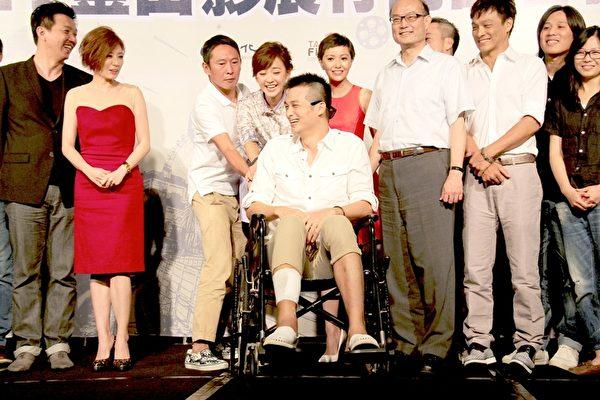 钮承泽捉弄坐着轮椅的好友吴中天。(台北市影委会提供)