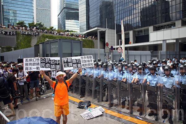 發起罷課的學聯和學民思潮26日晚衝入佔領政府總部前的公民廣場,警方出動大批警力和學生發生衝突。(潘在殊/大紀元)