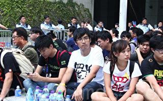 組圖:香港警方清場 二位學運領袖被捕抬走