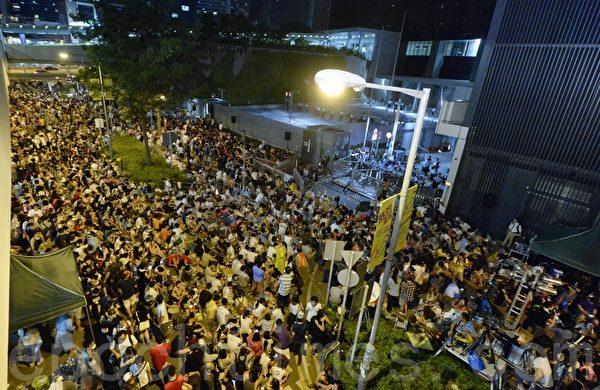 大批示威者27日晚上繼續在政府總部外的添美道集會,學聯宣佈有5萬人參與。(宋祥龍/大紀元)
