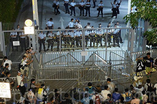 大批示威者27日晚上繼續在政府總部外的添美道集會,學聯宣佈有6萬人參與。(宋祥龍/大紀元)