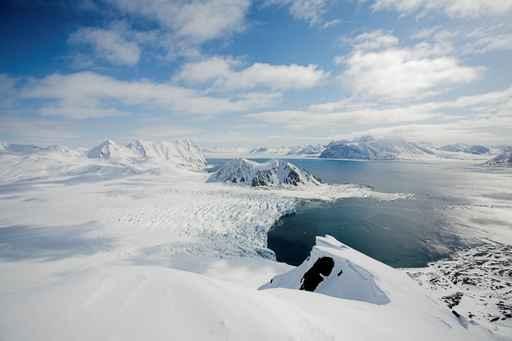 新地图显示南极北极冰层下或藏隐秘世界