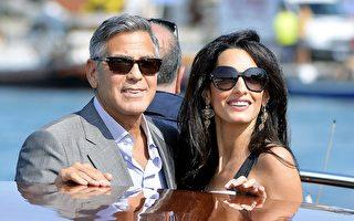 2014年9月27日,喬治·克魯尼(左)與新婚妻子——倫敦人權律師阿拉姆丁在婚禮後乘坐快艇亮相。(ANDREAS SOLARO/AFP/Getty Images)