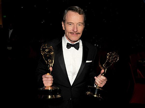 2014年8月25日,布莱恩·克兰斯顿捧得第66届艾美奖最佳剧情类剧集和最佳剧情类男主角双奖。(Kevin Winter/Getty Images)