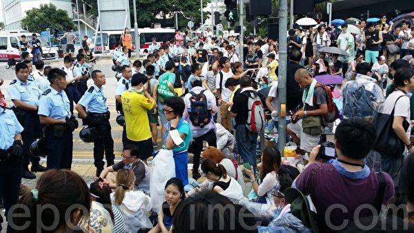 政府总部一带封锁后,金钟仍有大批市民抵达,欲汇入占中集会。(大纪元)