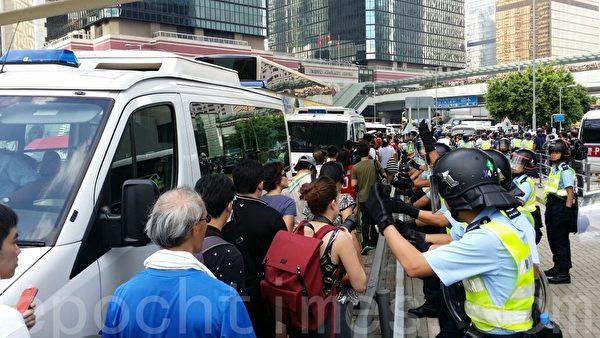 政府總部一帶封鎖後,金鐘仍有大批市民抵達,欲匯入佔中集會。(大紀元)