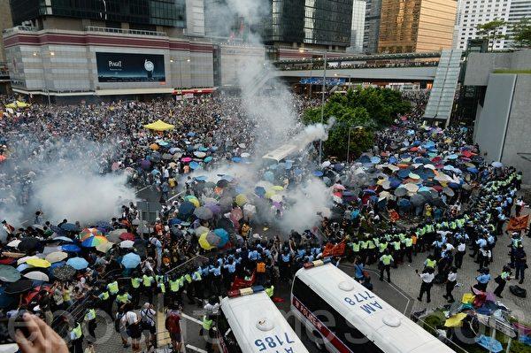 警方傍晚约6时,在政总对出的干诺道中,多次施放催泪弹,对付占据马路的市民。(宋祥龙/大纪元)