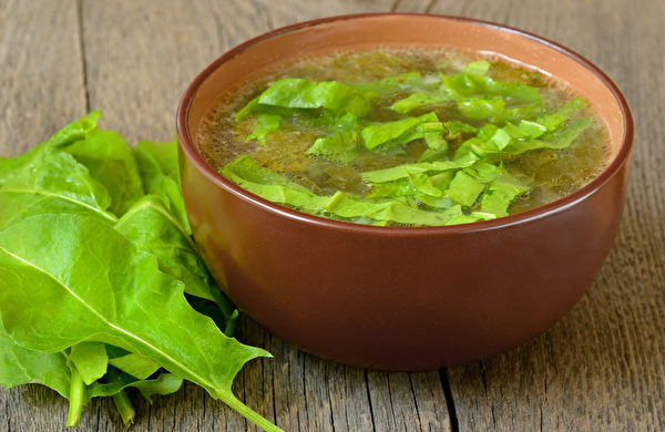 玉竹菠菜汤的食材很简单,却能够促进血液循环,帮助我们从饮食上做好保健,预防中风的发生。(Fotolia)