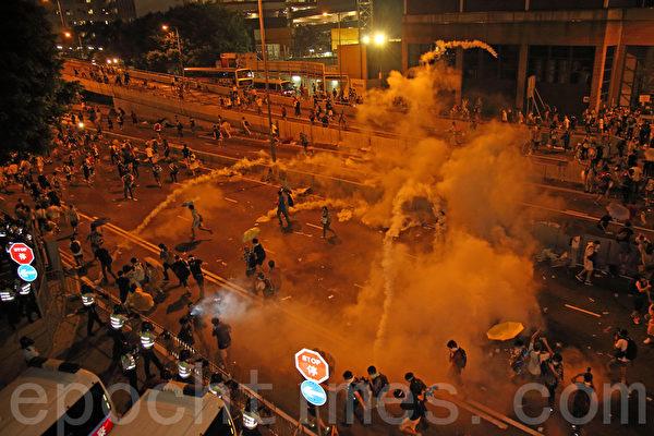 2014年9月28日,香港,民众披露,港警至少发射7次催泪弹,每次均连射多枚。(潘在殊/大纪元)