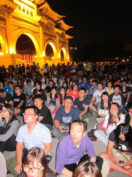 台湾民间团体、立委、学生、香港工会及学联代表28日晚间于中正纪念堂自由广场举行声援占中国际记者会。(钟元/大纪元)