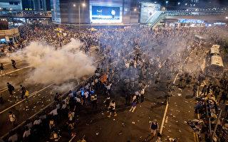 視頻:香港警方向數千抗議者投擲催淚彈