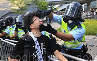 """""""为示威者用水洗眼的香港防暴警察""""全球疯传"""