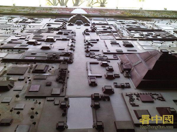 特奧蒂瓦坎還原後的模型圖,中間是黃泉大道(亡靈大道),前方遠處是月亮金字塔,右側為太陽金字塔 (王斌/大紀元)
