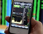 忧虑中国经济成长呆滞以及系统性金融风险,导致欧美投资者信心尽失,在欧美发行的中国股票基金连续第4年录得净流出,年内共撤资19亿美元。图为山东省青岛市一手机显示的股市在证券交易中。( AFP )