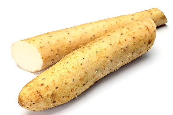 山药切开有黏稠汁液有保护胃壁功效,是健胃润肠食材。(Fotolia)