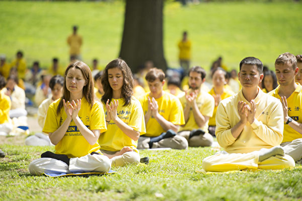 2014年5月10日纽约法轮功学员中央公园集体炼功,庆祝即将到来的513世界法轮大法日。(戴兵/大纪元)
