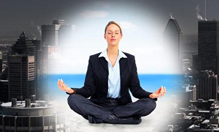 商業女性做瑜伽。