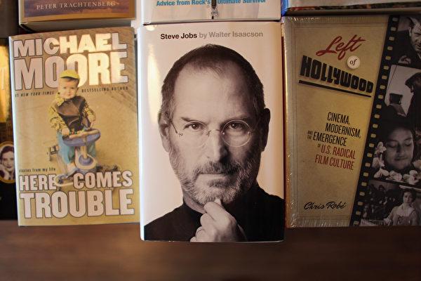 中為「蘋果」聯合創始人、前CEO史蒂夫•喬布斯的傳記。(Joe Raedle/Getty Images)