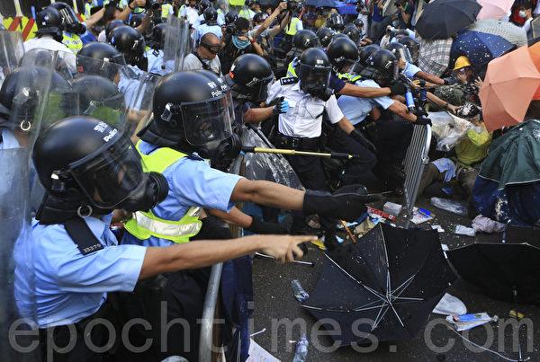 2014年9月28日,警方施放胡椒噴沫對付示威民眾。(余鋼/大纪元)