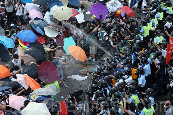 2014年9月28日,梁振英當局出動防暴警察施放胡椒噴沫和催淚彈對付示威民眾,被現場民眾高呼下台。(潘在殊/大纪元)