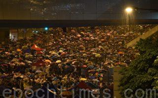 香港時間10月1日凌晨1時55分,天文台發出黃色暴雨警告,金鐘集會現場雷雨交加,但港人無畏無懼,頂著傘堅持抗爭。(文翰林/大紀元)