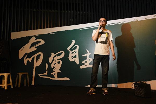 香港歌手黄耀明9月30日晚到金钟集会现场声援学生。(文翰林/大纪元)