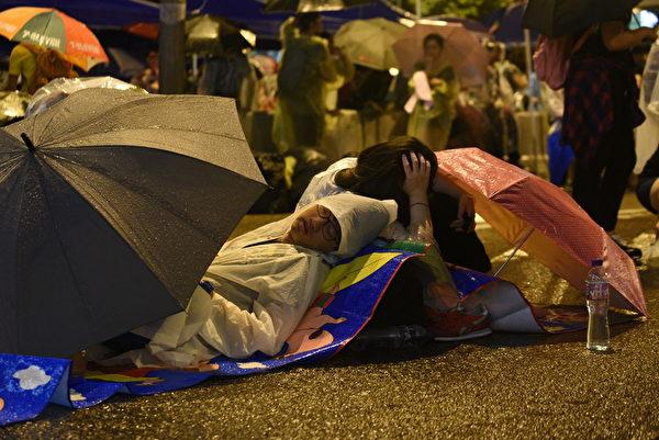 雨傘下,示威者席地而睡。(文翰林/大紀元)