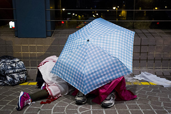 2014年10月1日,香港灣仔,入夜後抗議群眾席地而睡。(XAUME OLLEROS/AFP/Getty Images)
